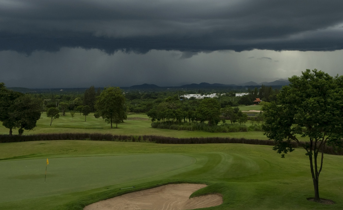 Rain and bad weather at golf course